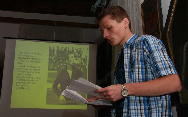 Wolfgang Damian Brylla przygotował referat o międzyrzeckim etapie Wyścigu Pokoju w 1971 r. W tle zdjęcie kolarza z klubu Obra Władysława Kozłowskieg