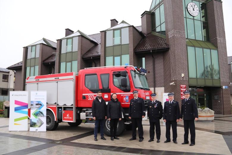 Strażacy z Karniowic mają nowy samochód. Po uroczystym powitaniu rozpoczął służbę