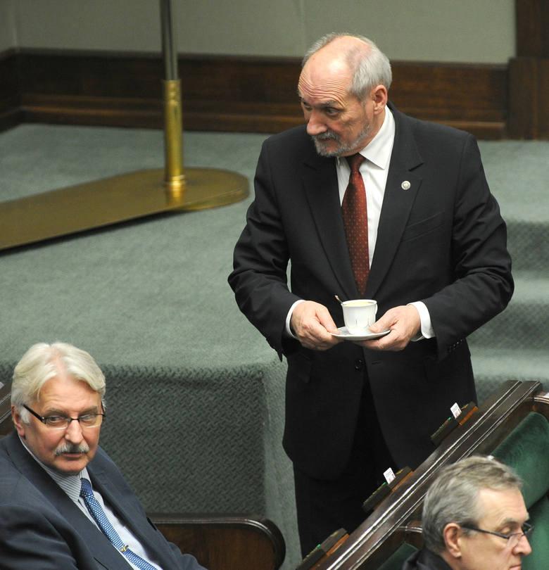 Witold Waszczykowski (z lewej) i Antoni Macierewicz podczas obrad Sejmu. Obaj są posłami PiS z województwa łódzkiego