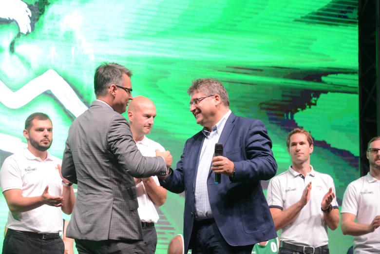 Prezydent Zielonej Góry Janusz Kubicki (po lewej) i Janusz Jasiński, współwłaściciel koszykarskiego klubu Stelmet Enea BC.