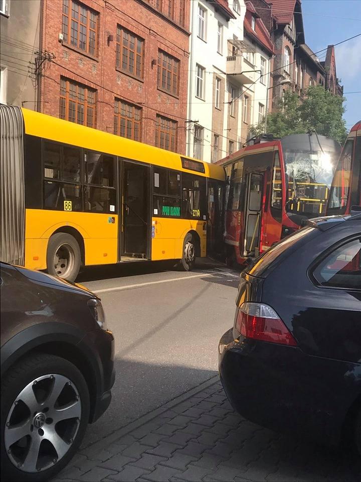 Bytom : autobus wjechał w tramwaj w centrum miasta ZDJĘCIA