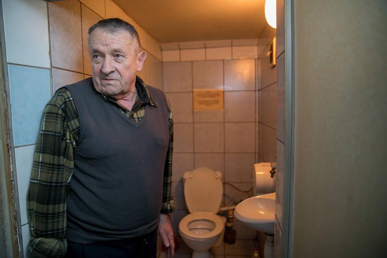 Kraków. XXI wiek, a małżeństwo 72-latków od dwóch miesięcy żyje bez toalety. Trwa spór o to, kto ma wymienić pompę [ZDJĘCIA, WIDEO]