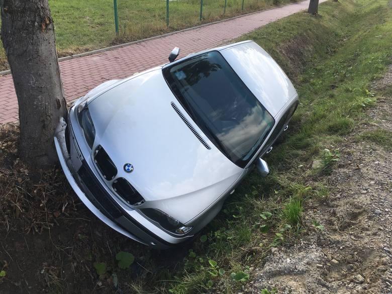 W przydrożnym rowie w Baćkowicach, przy drodze krajowej numer 74 znajduje się auto marki BMW. To miejsce zaraz za stacją. Samochód jest pozbawiony tablic