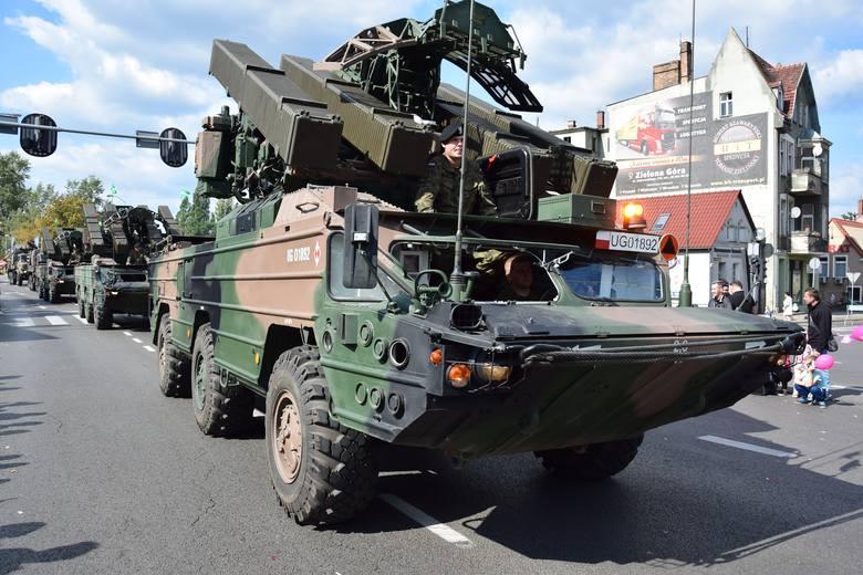 Pojazdy wojskowe zwykle kończą barwny korowód.