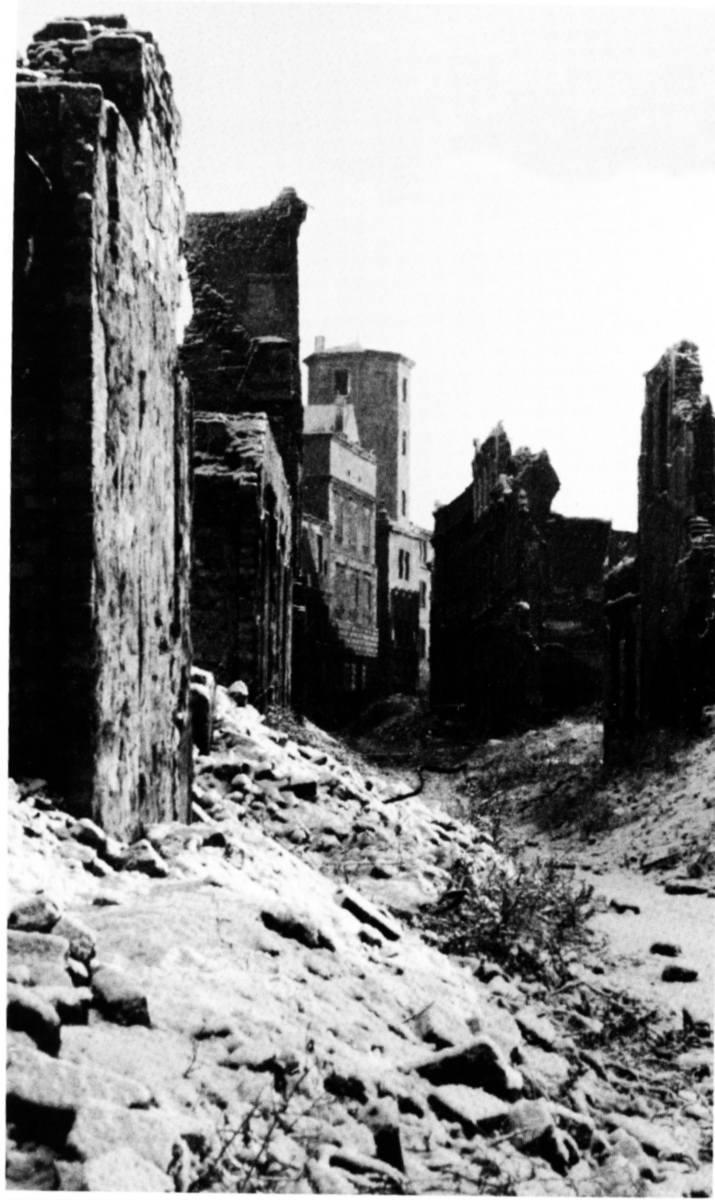 Ulica Kuśnierska na końcu widoczne ruiny zamku