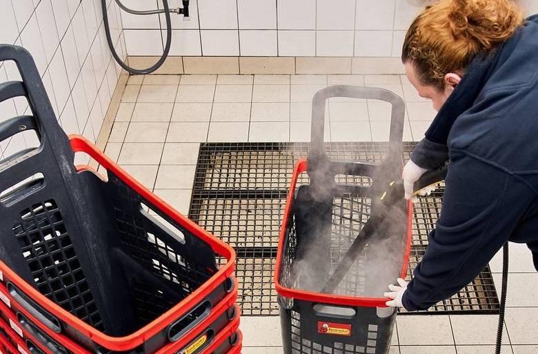 Przed koronawirusem chronią nas w sklepach i pociągach