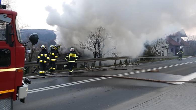 Groźny pożar domu w Sułkowicach. Strażacy długo walczyli z ogniem [ZDJĘCIA]