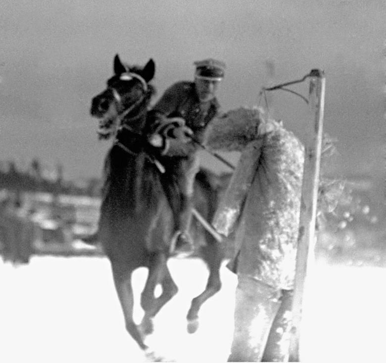 Szkolenie kawalerii w walce lancą i szablą. Ułan na koniu przebija lancą słomianą kukłę. Rok 1932