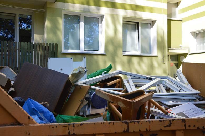 W bloku nadal trzeba przeprowadzić mnóstwo prac, m.in. wzmocnić stropy i ściany, które zostały naruszone. Wedle prawa powinny to zrobić Danuta i Monika