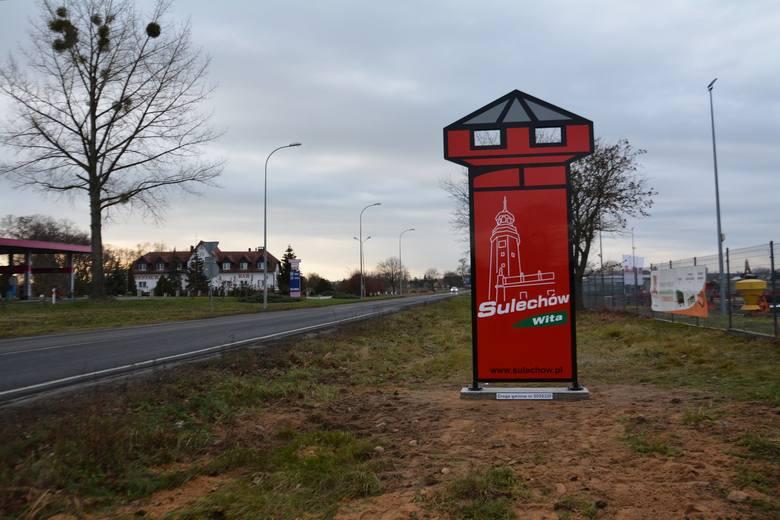 Jedna wieża przypomina wieżę ciśnień, druga, namalowana - sulechowski ratusz