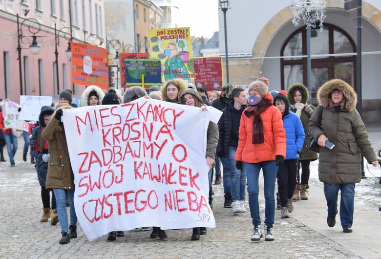 Młodzi mieszkańcy Krosna zebrali się na głównym placu miasta. Mieli ze sobą transparenty, na których wypisali antysmogowe hasła i przesłania do dorosłych.