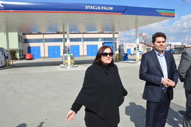 Podczas prezentacji otwartej Miejskiej Stacji Paliw, prezes MZK Anna Pasztaleniec i prezydent Lucjusz Nadbereżny
