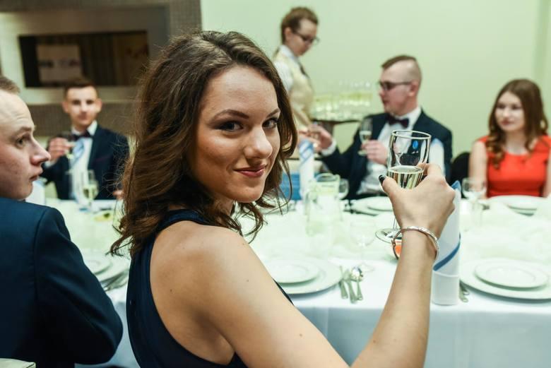 """Uczniowie """"samochodówki"""" i ich partnerzy i partnerki bawili się 10 lutego w restauracji """"Telimena"""". Oczywiście, nie"""
