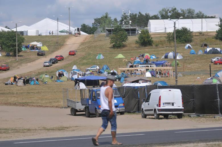 Na terenie Pol'and'Rock Festiwalu 2019 w Kostrzynie nad Odrą jest już kilka tysięcy ludzi. Co chwila na pole dojeżdżają taksówki, które dowożą uczestników