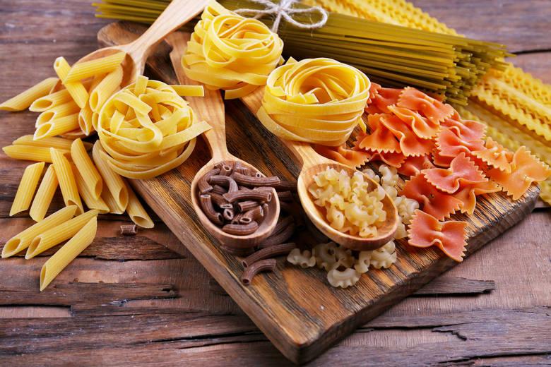 Makaron to wygodny i wartościowy składnik potraw, który wcale nie musi tuczyć. W sklepach dostępne są różne jego rodzaje, zawierające w składzie nie