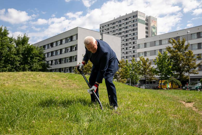 Rektor AGH prof. Tadeusz Słomka symbolicznie wbił łopatę pod budowę nowej hali sportowej tej uczelni