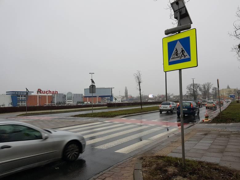 Przy przejściu dla pieszych przez ulicę Grudziądzką, obok Centrum Handlowego Kometa, płoną znicze