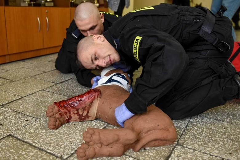 Podczas szkolenia policjanci uczyli się m.in., jak wykonać resuscytację krążeniowo-oddechową u zwierzęcia