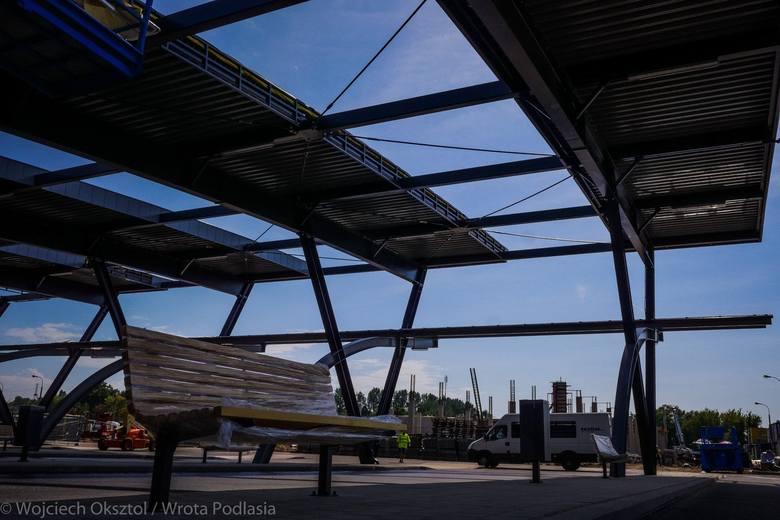 Dworzec PKS nabiera kształtów. A zwłaszcza wiaty i stanowiska autobusowe. Są prawie gotowe. Pojawiły się już także ławki dla podróżnych. Zobacz, jakie