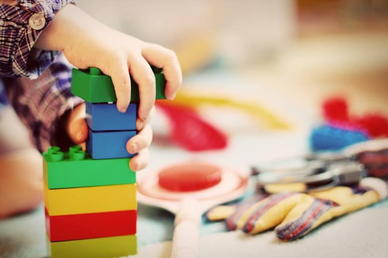 Wybierasz prezent dla dziecka? Sprawdź czy zabawka jest bezpieczna. Oto kilka przykładów niebezpiecznych zabawek z rejestru produktów niebezpiecznych