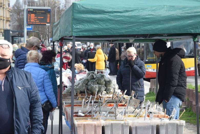 We wtorek, 20 kwietnia na kieleckich bazarach pojawiły się młode ziemniaki i młoda kapusta. Nieco tańsza była papryka i pomidory. Utrzymuje się niska