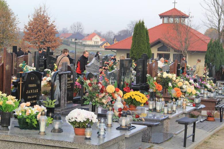 """W Brzezinach protestują przeciwko """"cmentarnemu haraczowi"""". Mieszkańcy zablokowali drogę DK 71 żądają obniżenia cen an cmentarzu 19.10.2019"""