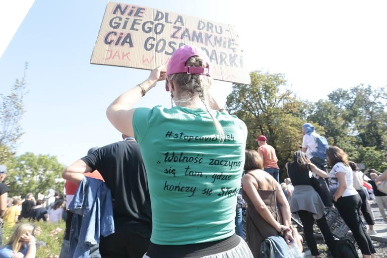 """Warszawa: Manifestacja """"Zakończyć plandemię"""" [ZDJĘCIA] Przed Sejmem odbył się protest antycovidowców"""