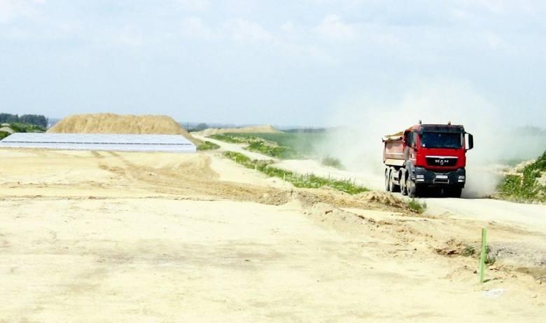 Budowa A-4 to wielkie szanse dla regionu, ale też wzmożony ruch ciężarówek, które musza przewieźć jeszcze miliony ton materiałów. Fot. Józef Lonczak