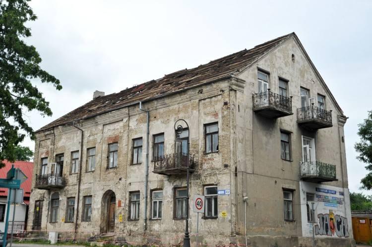 Dom przy ul. Staszica 2 powstał w 1868 roku. Teraz rozpoczął się jego remont. Zostanie wymieniony dach i zrobiona elewacja.