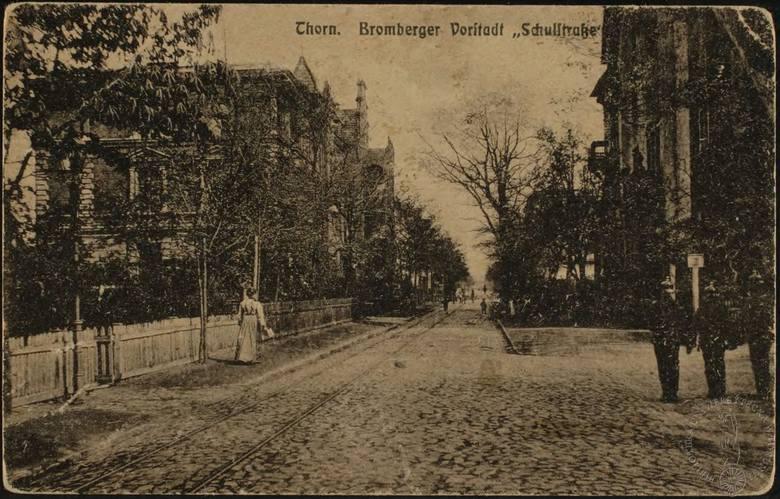 Ulica Szkolna, czyli obecna Sienkiewicza. Nieco niewyraźna, ponieważ pocztówka pochodzi sprzed ponad stu lat.