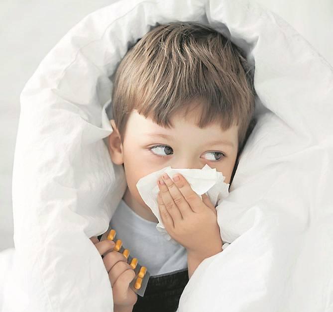 Na infekcje górnych dróg oddechowych najczęściej chorują dzieci, ale także seniorzy. Taką chorobę powinno się wyleżeć w łóżku