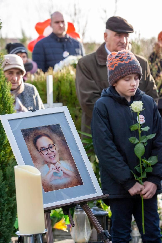 Na cmentarzu w Kotomierzu pożegnano Karolinkę Wozowicz. Wyjątkową szesnastolatkę, która walczyła z ciężką i długą chorobą. Wspaniała Wojowniczka zgromadziła
