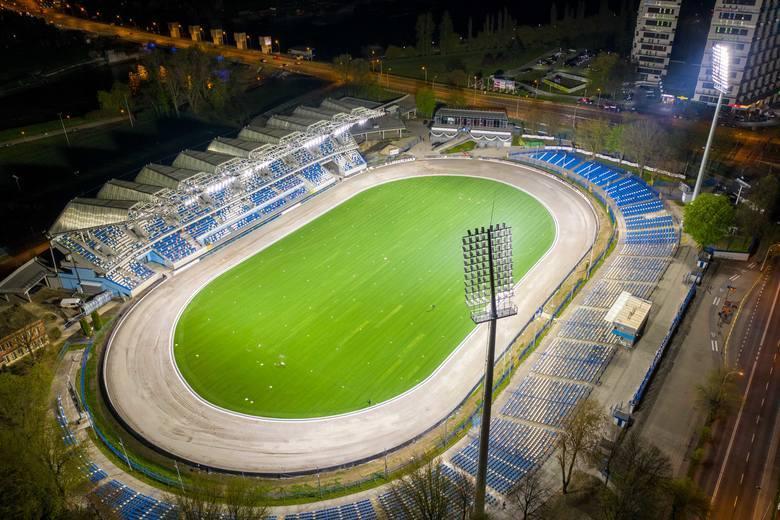 Kibice wracają na stadiony po długiej przerwie, a w ten weekend mają co wybierać, bo aż roi się od spotkań piłkarskich. Inauguracji sezonu doczekają