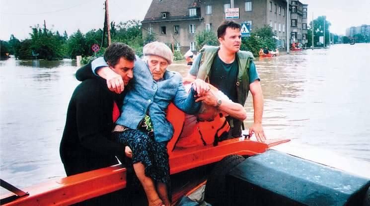 Opole Szczepanowice 1997. Ewakuacja mieszkańców. Całą akcją ewakuacji dowodził ksiądz proboszcz Zygmunt Lubieniecki.