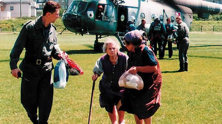 Opole 1997. Tymczasowe lądowisko na stadionie Gwardii w Opolu. Dwie siostry zostały ewakuowane przez załogę śmigłowca z dachu swojego domu w Pólwsi i przewiezione w bezpieczne miejsce.