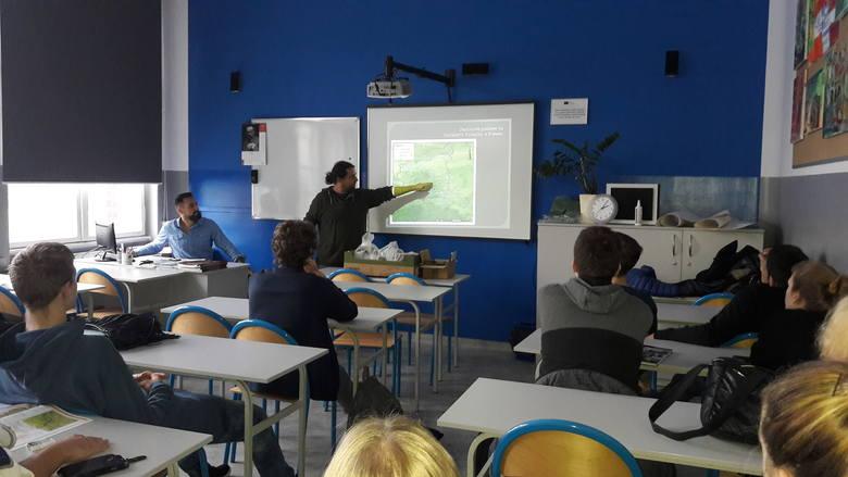 B. Gruszka oraz A. Michalak wyjaśnili uczniom, na czym polega ich praca, jak wyglądają prace wykopaliskowe oraz jakie znaczenie dla nauki mają odkryte
