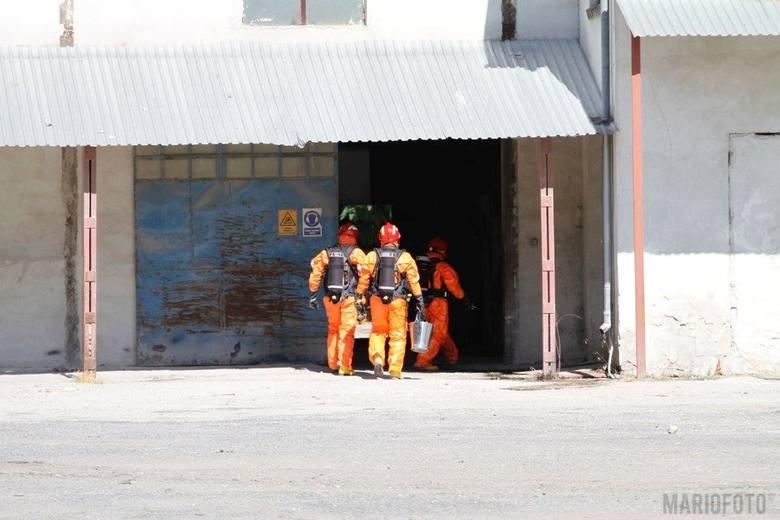 Pojemniki z nieznaną substancją w hali w Skarbimierzu. Interwencja strażaków i policji