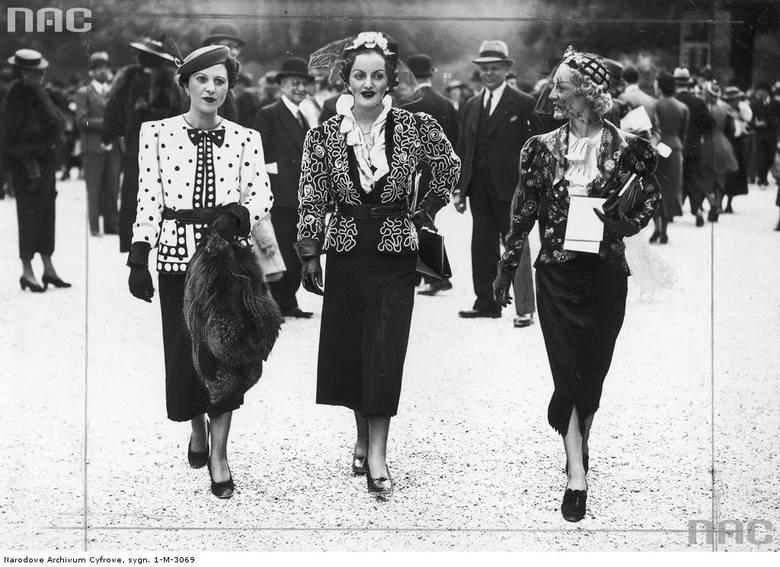 Pokaz mody podczas wyścigów konnych na torze Longchamp