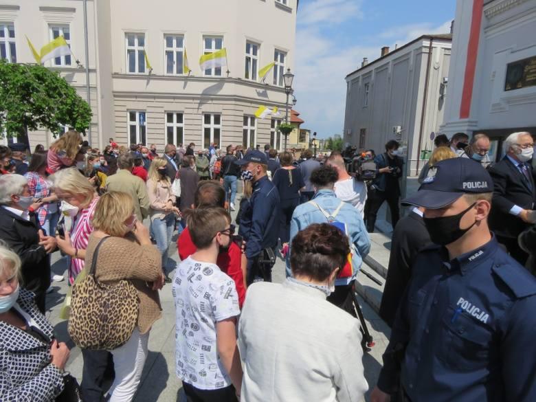 Setna rocznica urodzin Jana Pawła II w Wadowicach. Wierni zgromadzili się przed bazyliką. Musiała wkroczyć policja. Początkowo ludzie starali się trzymać