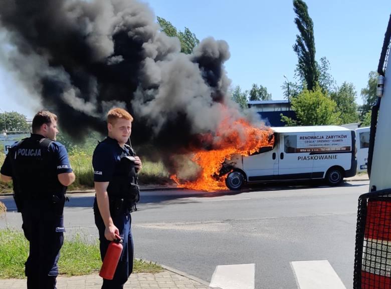 Kłęby czarnego dymu unosiły się znad samochodu zaparkowanego w czwartek przy ul. Maratońskie (przy ul. Kolarskiej) na Retkini. Około godz. 13. 30 auto