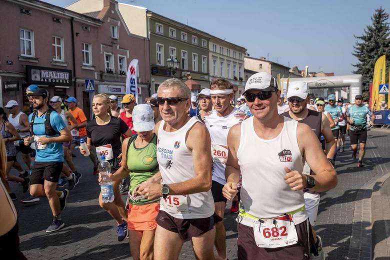 Prawie 700 osób wystartowało w czwartej edycji Półmaratonu Szpot Swarzędz. Jeszcze nigdy ta impreza nie odbywała się w tak ekstremalnych warunkach. Zraszacze