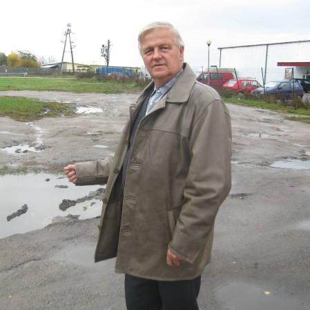 - Za własne pieniądze zrobiłbym parking, ale urzędnicy są przeciwni - mówi Joachim Woźniak.