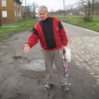 - Szczególnie po deszczach przejście tędy jest okropne - mówi Mirosław Starczewski