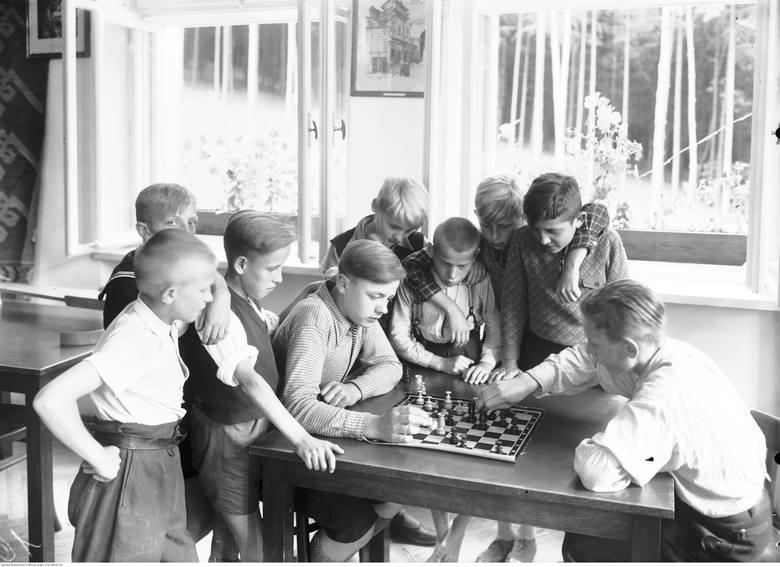 Przygotowaliśmy dla was galerię archiwalnych zdjęć z dziecięcej codzienności. Niektórym z was na pewno zakręci się łezka w oku! Pamiętacie takie dzieciństwo?Gra