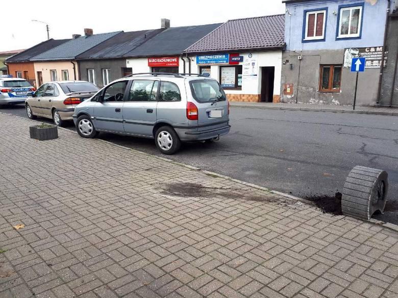Piotrków Kujawski. Pijany 23-latek jazdę zakończył na... aucie i donicy
