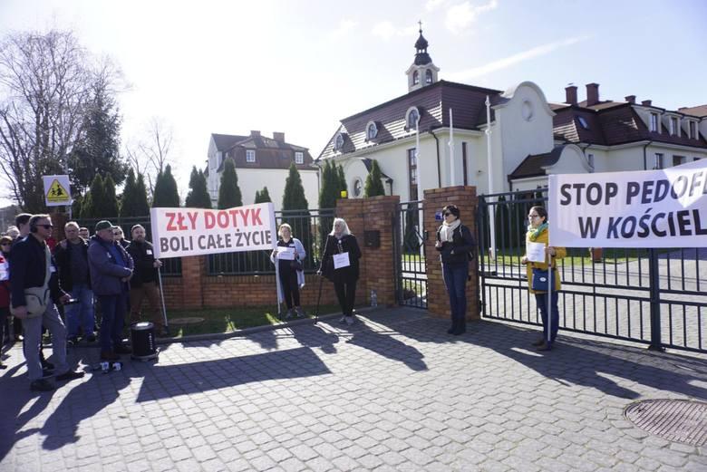 W Puszczykowie i w Poznaniu, gdzie zakon chrystusowców ma swoje siedziby, organizowano manifestacje wzywające Kościół do wycofania kasacji. Prawnicy
