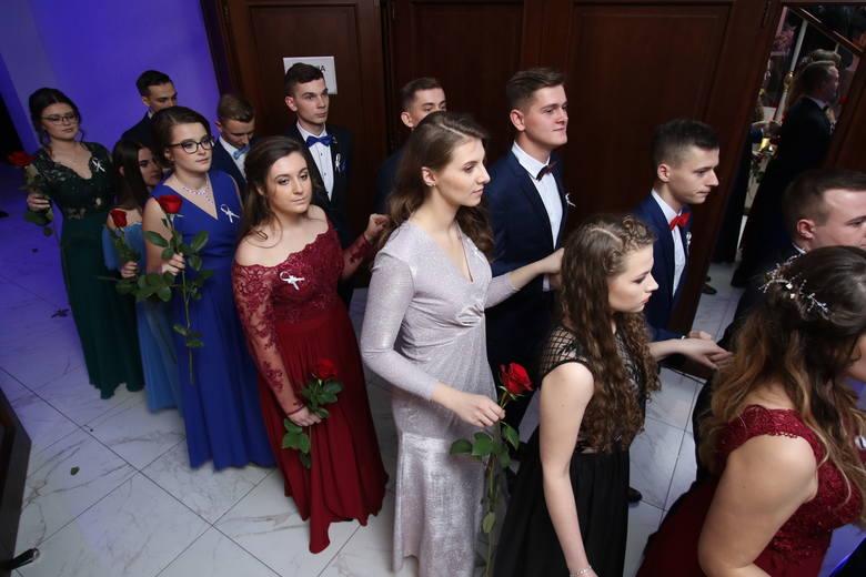 Studniówka kieleckiego IV Liceum Ogólnokształcącego odbyła się w piątek, 11 stycznia, w Hotelu Binkowski w Kielcach. Maturzyści wraz ze swoimi osobami
