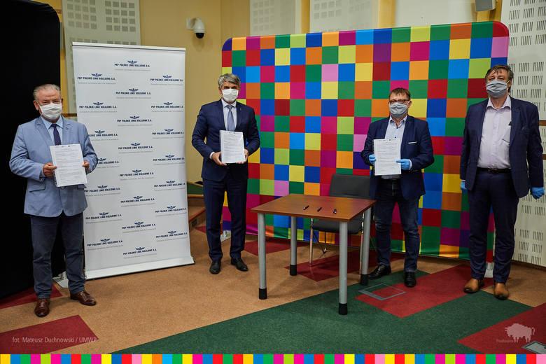Umowę w imieniu stron podpisali: Krzysztof Pietras, dyrektor regionu PKP Polskie Linie Kolejowe S.A. oraz reprezentanci Wykonawcy: Jacek Siemieniuk,