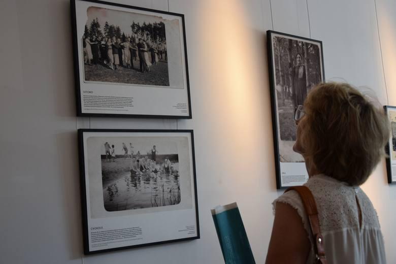 Wystawę z zaciekawieniem oglądali mieszkańcy. Każde z tych zdjęć kryje w sobie bogatą historię, skłania do refleksji i dyskusji