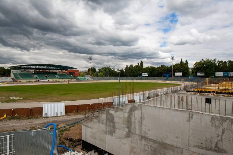 Trwa przebudowa stadionu Polonii Bydgoszcz. Od miesięcy trwają prace, najpierw przy wyburzaniu, potem budowie nowej trybuny na prostej, przeciwległej